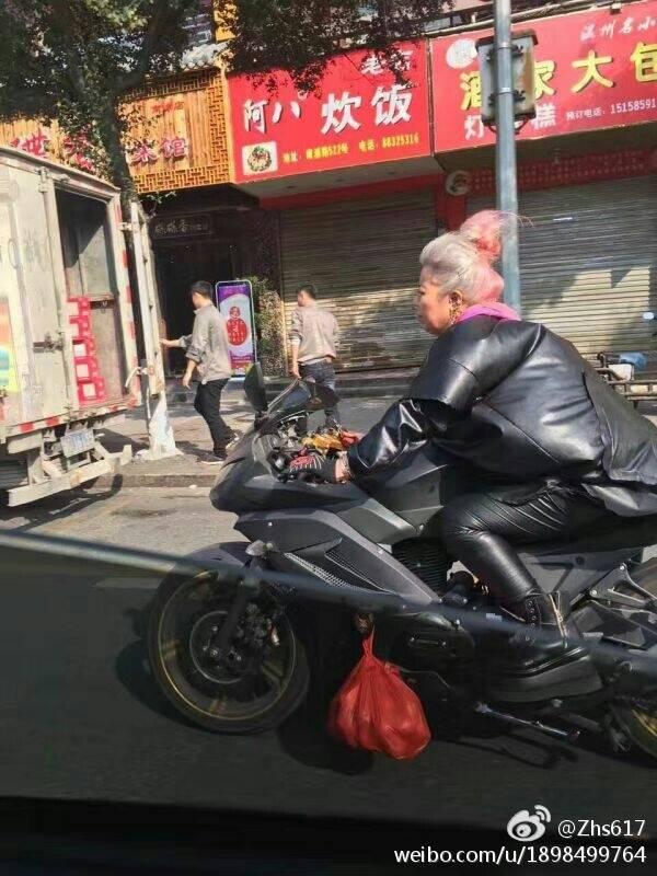 fun来了:骑摩托买菜 这老太是最朋克的追风少女图片