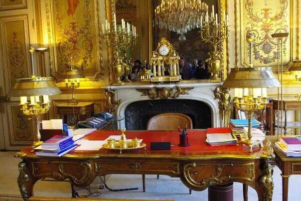 """这就是""""小马哥""""的办公桌了,欧式宫廷风扑面而来,整个办公室也是一"""
