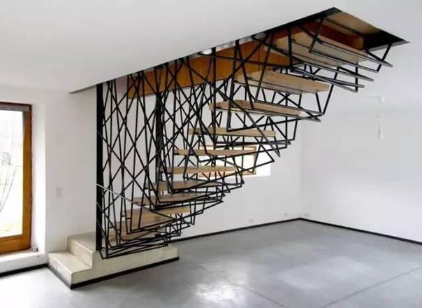 roche别墅有一个由不规则钢结构网包裹缠绕着的楼梯.