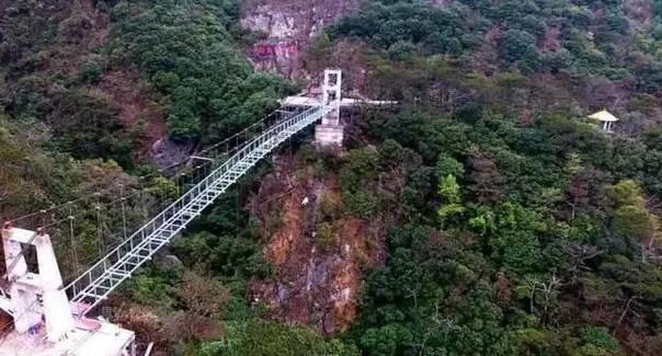 嘴风景区的悬崖上  远观,玻璃吊桥宛如一条巨龙  悬空盘踞在两山之中
