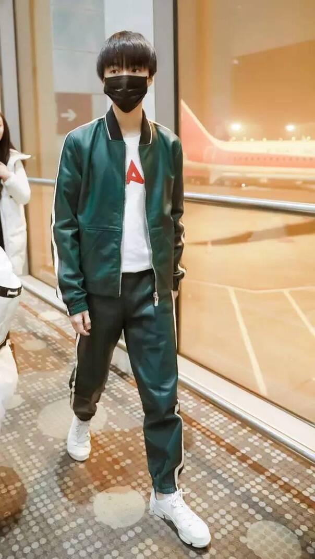 小鲜肉王俊凯身穿墨绿套装,脚上三瓣鞋不仅给整体的时尚加了不少分图片