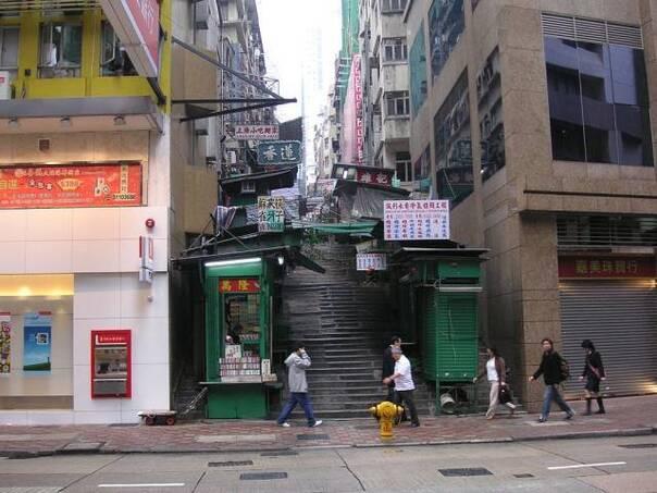 物街宝贝视频_也就是在这栋建筑物外面的鸭巴甸街斜坡上.