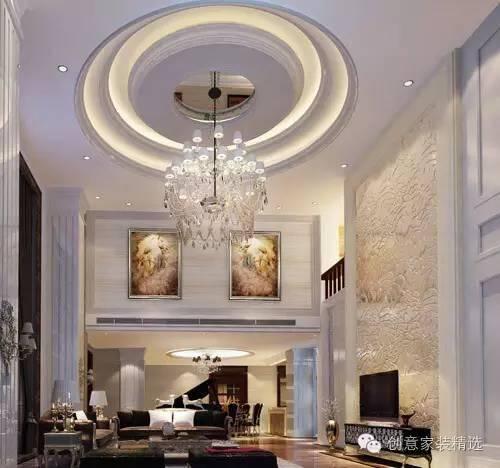新中式风格:圆弧形的客厅吊顶,暗纹挑高的电视背景墙,高端大气.
