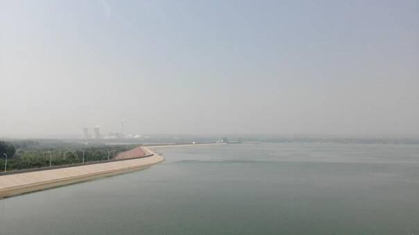 水库形成的风景区,位于孟津县白鹤镇西霞院和洛阳市吉利区的黄河两岸