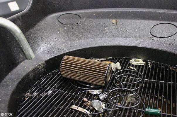 新奥迪A4L的机油滤芯为纸滤式,被拆下来的旧滤芯已经完成了它的光高清图片