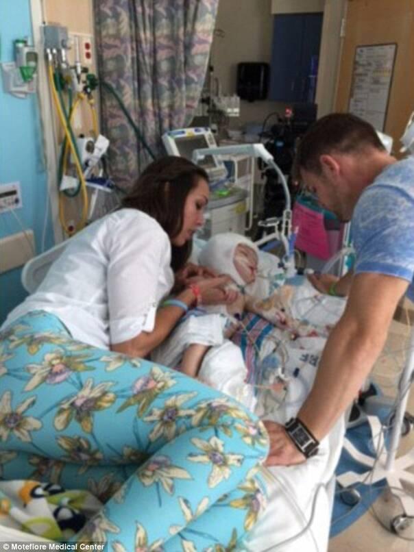 在手术前,妈妈Nicole终于忍不住说了出来:这太难了,我不想再掩饰了。 去年9月,双胞胎通过剖腹产从妈妈的肚子里来到世上,但因为两个孩子的脑袋连在一起,家人们甚至没能好好抱一下他们。两人的合照看起来也是又怪异又让人心疼。