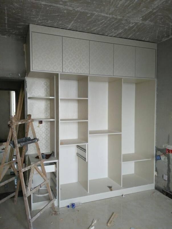 电视背景墙造型,木工板制作,石膏板是饰面,中间贴瓷砖,老妈就喜欢