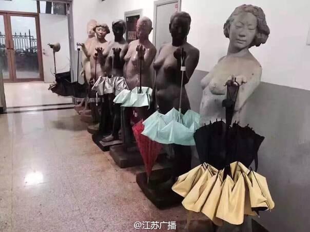 南京连续下了N天雨,于是南京艺术学院的美术学院雕塑系成了这样