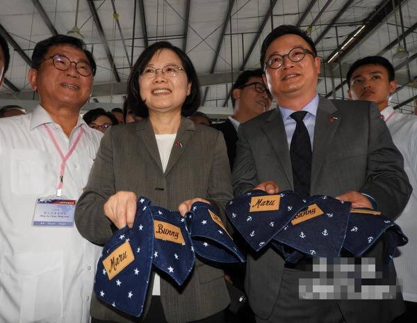 蔡英文参观台商制衣厂 收到淘宝价18元的狗领巾