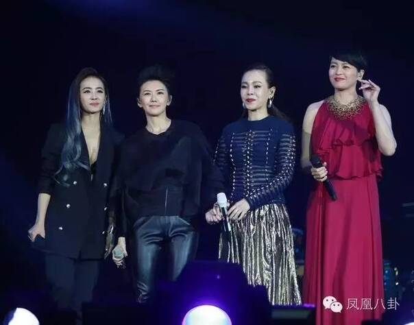 四大天后同台献唱   上周末,在北京看了一场演唱会,李伟菘、李偲菘三十年作品音乐会《听说爱情回来过》.