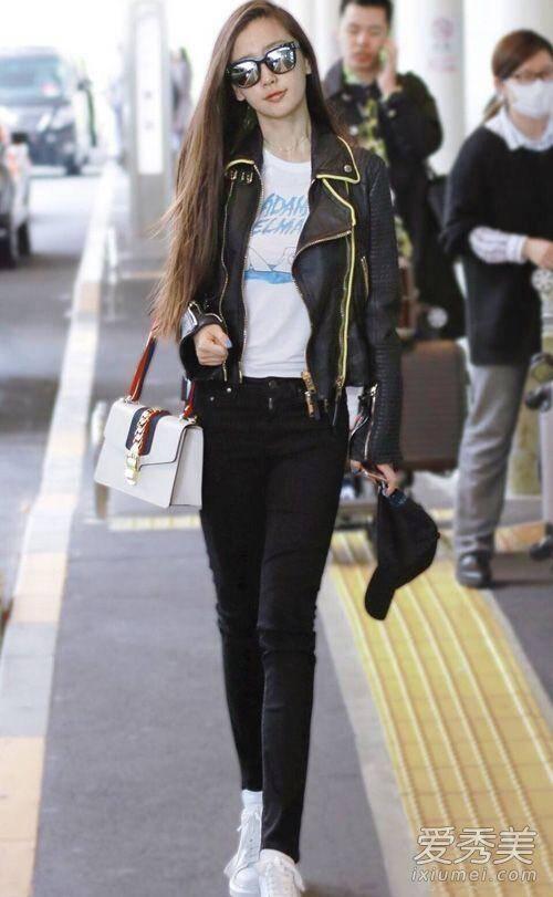 皮夹克配白t恤和黑色紧身裤,用一款大热的it包来凹造型,每次女明星