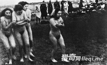 1943年,在纳粹的一处集中营,德国军警命令犹太妇女脱去衣物,接