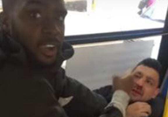 醉鬼在公交车上猥亵女孩 黑人小哥英勇出手战色狼