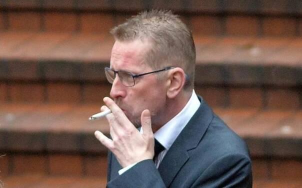 坐高铁或者飞机的时候,总能听到安全提示,提醒大家不要全列(全机)禁烟,总有人会心存侥幸不以为然。以后大家可张点心吧,英国一位退伍兵,因为在飞机上抽烟,被判了将近十年的刑期。  46岁的考克斯(John Cox)来自英国,是一名退伍士兵。2015年8月,他乘坐君主航空公司的客机,从英国伯明翰飞往埃及沙姆沙伊赫。结果在机上,酗酒后的考克斯,烟瘾又犯了,他躲在飞机厕所里吞云吐雾,烟头引燃了厕所里的垃圾桶。 客舱乘务员在废纸篓里发现了火焰,用了两个灭火器和水才把它扑灭。当时那艘客机上有194名乘客和七名机组人员,