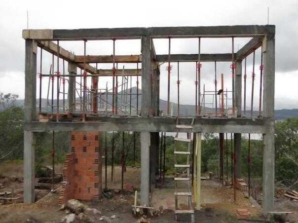 框架结构就是这样建,梁柱先搭好,再说填充墙.