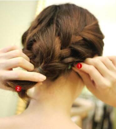 这是两边都编好的辫子发型.图片