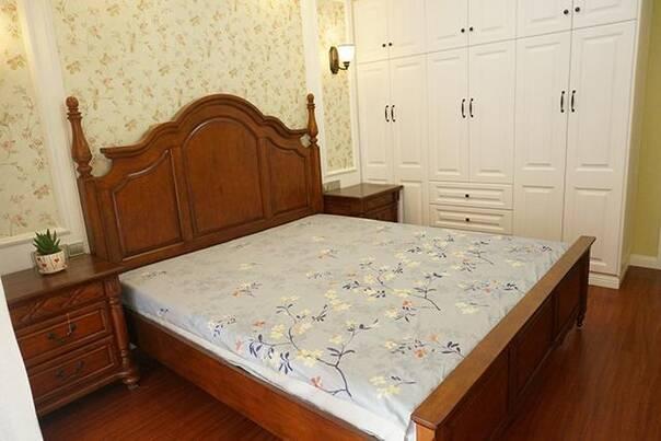 淡黄色的印花壁纸,搭配深色家具和地板,效果还不错.