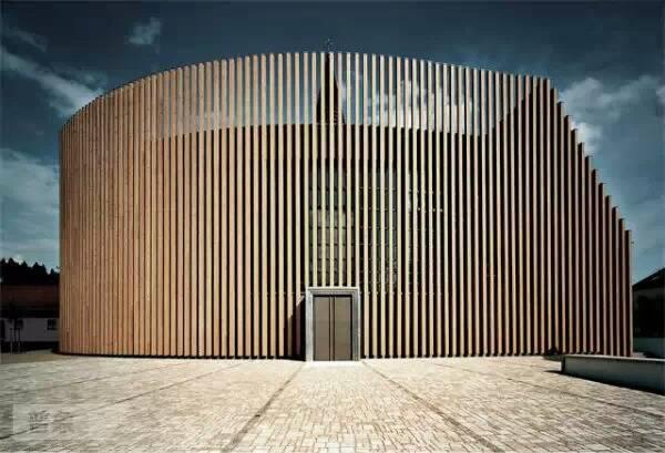 木格栅材料,正面采用了与原教堂统一的立面元素与