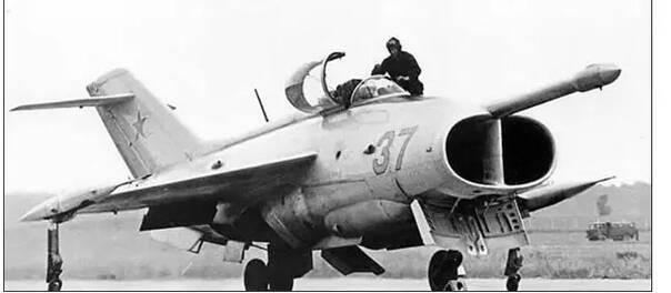型舰载垂直起降飞机