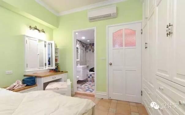 卧室房门就现在了淡绿色为主色调.干净清新.