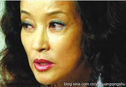 60岁刘晓庆近照脸部僵硬似蜡像素颜能吓跑贼