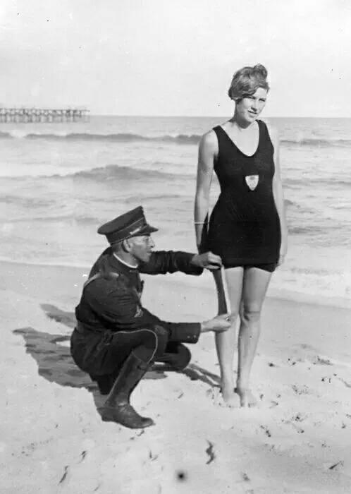 1925年,警察在海滩上测量泳衣长度