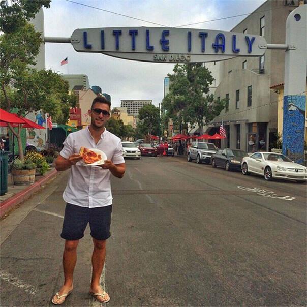 史上最惬意旅行:这位帅哥吃着披萨环游世界