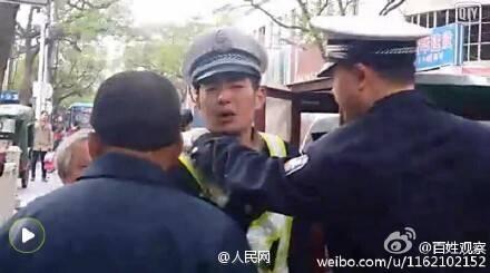 """河南:""""三轮大爷""""非法载客被查 骂哭协警后突然下跪 - 七色社会 - 七色社会"""