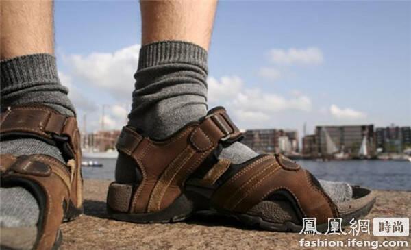 2,穿着袜子穿凉鞋