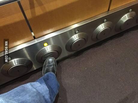 用脚按楼层的电梯,王族觉得如何呢?