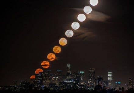 来自美国洛杉矶的摄影师和录像艺术家Dan Marker-Moore,创作的一组满月在城市上空升起的作品