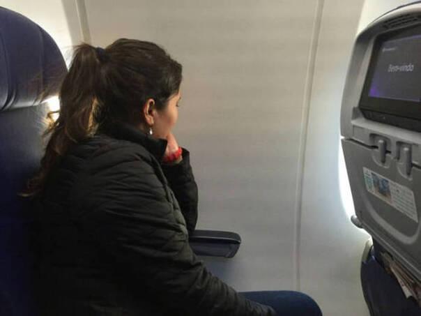 闹了半天一定要靠窗的位子,上机后……