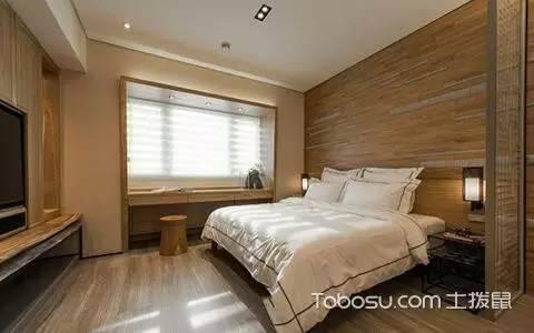 从电视墙到床背墙,窗棂边框,都是木纹,清晰雅观.