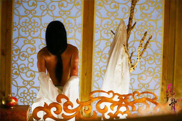 《花千骨》霍建華浴照曝光 霧氣間褪衣衫露寬厚背部。。。