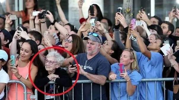 这个摄影师P掉了所有人手中的手机