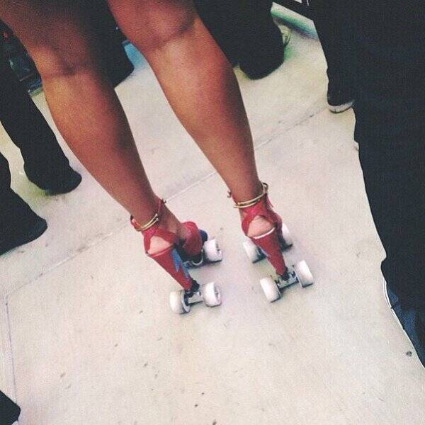 穿高跟鞋踩风火轮吗?