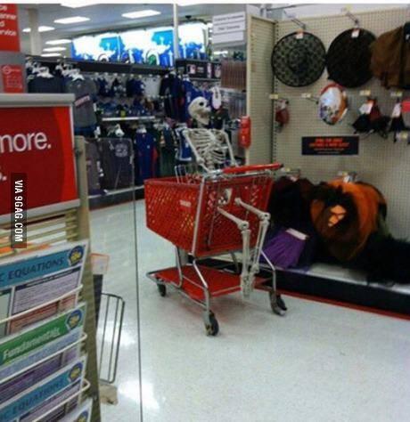 当我妈在超市里看到熟人时……于是我在购物车里等到死……