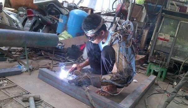 残疾少年给自己造了个钢铁侠一样的麒麟臂