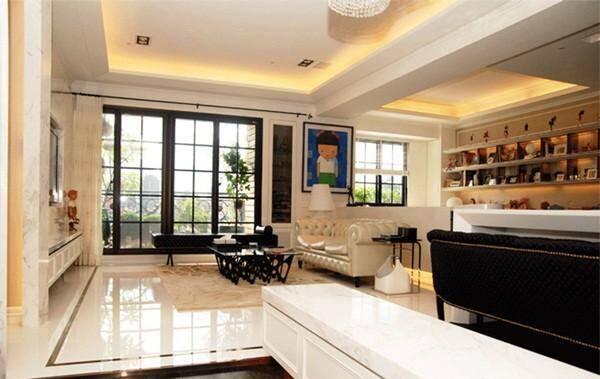 01,顺着玄关廊道,一进门半圆弧的柜体设计,让家多了份圆满的温馨感.