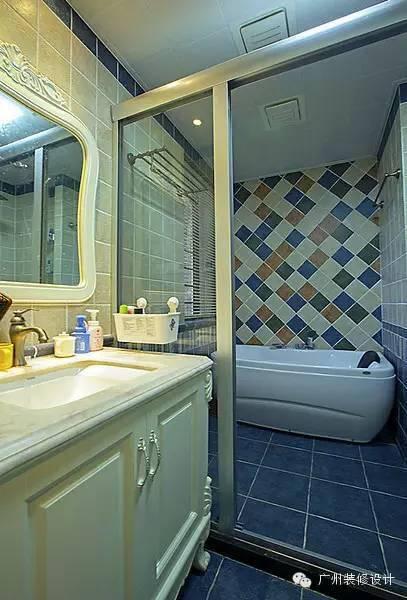 玻璃门推拉门进行干湿分离,浴室是淋浴和洗浴结合,安装了一个小型