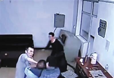 媒体五问看守所:为何狱警凌晨4时独自提人?图片