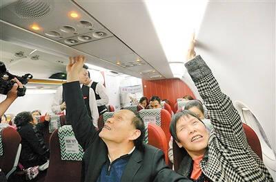 重庆62岁半盲老人筹划6年 带13位盲人坐飞机去看海