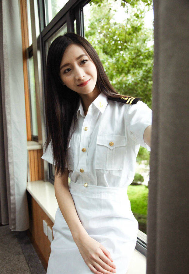 1/33衬衫、毛衣背心、格子裙,穿着厦门外国语学校(以下简称厦外)学生制服的长发美女郑凌莉,近日因被冠以厦门最美校服女生,在网上走红。近日,记者联系上了她和拍摄这组照片的摄影师白丝雨。她们都是厦外2013届校友,而且都被保送到上海高校就读。