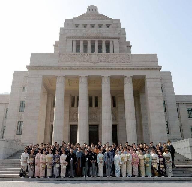 养眼:日本例行国会成女议员和服秀场(组图)