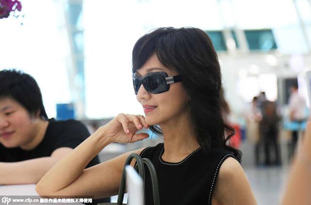 61岁赵雅芝与老公现身机场 着清凉装被赞如少女[高清大图]