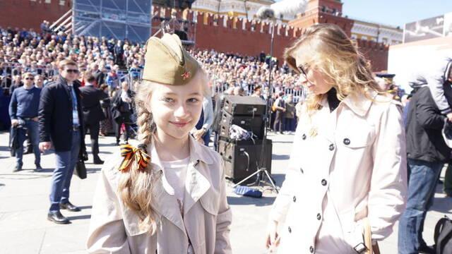 阅兵现场的小女孩 - 七色社会 - 七色社会