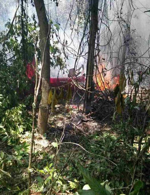 兰卡威航展:两印尼飞机相撞坠毁画面