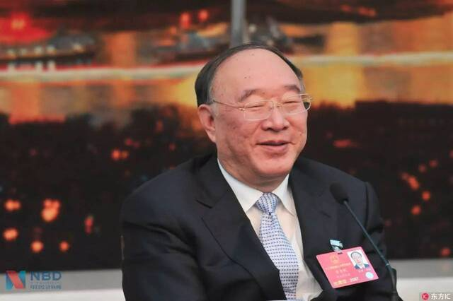 2001年10月,时年49岁的黄奇帆从上海市政府副秘书长调任重庆市副市长