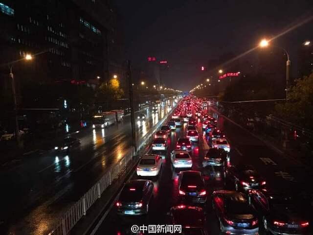 北京堵车高峰_北京晚高峰大堵车 市区主干道几乎\
