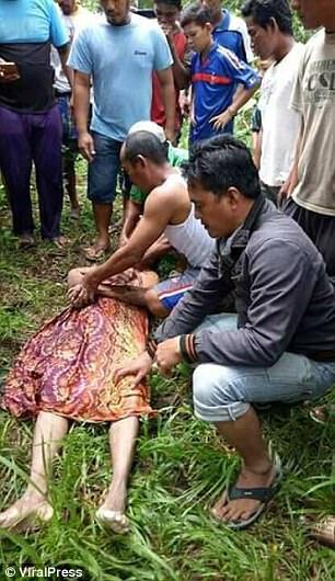 """印尼女巫""""施法"""" 令鳄鱼归还了一具男性尸体"""